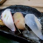 三郎寿司 - セットのお寿司は3貫。タコ、鯛、イカ。嬉しい♪