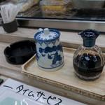 三郎寿司 - お醤油は甘いの、辛いの、それぞれ用意されています。ボクは辛いの。