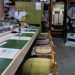 三郎寿司 - カウンター席の端っこからの景色。