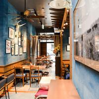 肉が旨いカフェ NICKSTOCK - オールドアメリカンをイメージしたお洒落で落ち着いた店内。