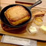 ブルー・リーフ・カフェ - フレンチトーストにはメープルシロップ、バター、ホイップクリームが付属。