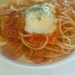 ヴィーヴォリ - ベーコンとオニオンのトマトソース 温泉卵のせ