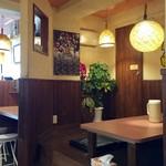 サウスヴィラ - カウンター席、テーブル席ございます店内。