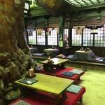 いろり山賊 老松 - 樹齢850年~1000年の松の大黒柱