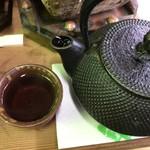 いろり山賊 老松 - 南部鉄器で淹れたほうじ茶