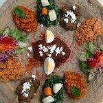 クイーンシーバ エチオピアレストラン - 人気メニュー★トラディショナルセット インジェラ(クレープ)の上に数種類のシチュー