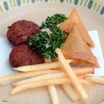 クイーンシーバ エチオピアレストラン - サモサ(右)&ターメイヤ(左)
