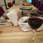 ki-tsu - グラス赤ワイン(500円)とテーブルset。