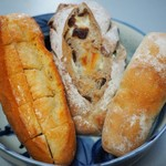 ベーカリーショップ・ユイット - 左からハニーフランス、味わいライ麦パン、豆バターフランス