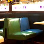 こころ - 椅子もテーブルもレトロ