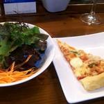 イタリアンバジル - サラダとサクサクパイ生地ピザ
