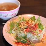 路地裏のタイ料理とお酒 バナナ食堂 - サラダ、スープ付き