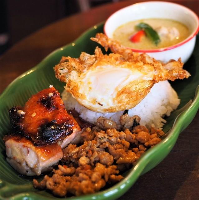 路地裏のタイ料理とお酒 バナナ食堂 - タイのおかず3種盛り合わせ のせご飯