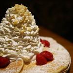 エッグスンシングス - ストロベリー、ホイップクリームとマカダミアナッツのパンケーキ