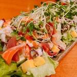 魚彦 - たっぷり海鮮ちらしサラダ
