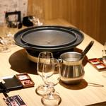 天ぷら串ともつ鍋 奥志摩 - 博多円盤焼きのセッティング