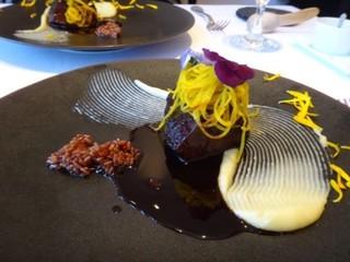 デフィ・ジョルジュマルソー - ◆ホホ肉の赤ワイン煮、黄ビーツが盛られています。 白いものはポテトペースト。