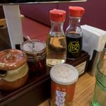 大阪王将 - 卓上の調味料。いろいろカスタマイズして楽しめるのも魅力のひとつです。