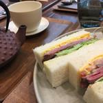 62504368 - ローストビーフサンド+ランチセット1,050円                       ドリンクの紅茶は南部鉄瓶で提供されます