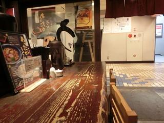 釜揚げうどん 水山 新宿 - カウンター席から入口を見る