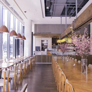 ダイニングテーブル (写真右側大きなダイニングテーブル)