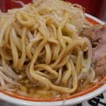 ラーメン タロー 五反田の陣 - 平打ち麺。
