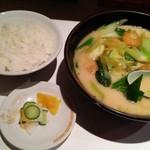 桂花飯店 - スタミナラーメン(900円)とご飯(100円)