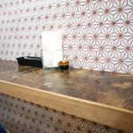 鮨屋が作る フィッシュバーガー専門店 deli fu cious - 銭湯のタイルを模したというカウンター席の壁
