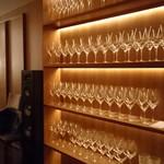 62514058 - 通路に飾られたワイングラス
