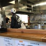 ラーメン専科 竹末食堂 - 活気を感じる厨房