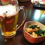 麺酒場 高ちゃん - 料理写真:エビスビールとお通し(ビール一口飲んでます)