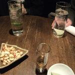 スタンド遊 - センター・テーブル/ロングカクテルとクエルボ・ゴールド