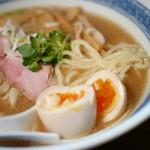 燦燦斗 - 自家製でやや太めな中細麺