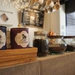 サンドヤ - カウンターに並ぶコーヒー