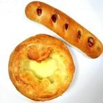 62545850 - 粗挽きソーセージのパン      チーズブレッド(ゴーダ&マリボー)