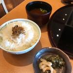 旬魚旬彩 うおまん - ご飯 味噌汁 漬け物