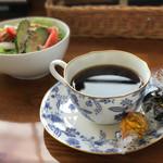 カフェ・マレット - 最初にコーヒーを持って来てくれました♪ 「食後にお代わりど〜ぞ〜」って(*´∇`*)