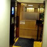 大戸屋 - お店の入口です、2階にあります