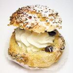 クローヌ洋菓子店 - 料理写真:ごまシューというシュークリームで生クリームのみです