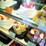 クローヌ洋菓子店 - ケース内のデコレーションケーキなど