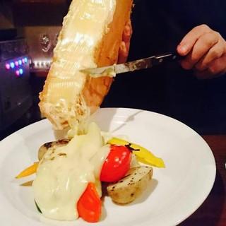 とろ~り熱々贅沢ラクレットチーズはアラカルトで一番人気!!