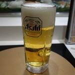 巣鴨寿し常 - 生ビール(中) ビールを飲んでいるときに店内を見渡すと、懐かしい記憶が蘇ります