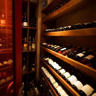 カーヴには自然派ワインからクラシックまで常時150種ストック