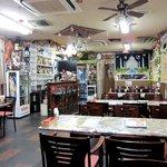 ザエカ - とにかく派手な店内 奥にキッチン 左はパーティールームです