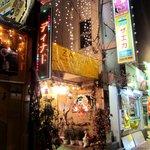ザエカ - お店は平塚商業高校の向かいにあります こんなに派手です