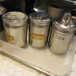 イップウドウ ラーメン エクスプレス - 受取口の調味料