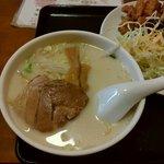 鮮味館 - 唐揚げ定食の豚骨ラーメン
