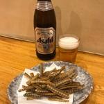 とらじろう - 料理写真:うな重弁当ができるまで骨せんべいとビールで待ちます