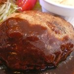 洋食舎けやき - 切る前から肉汁があふれ出てきてます!