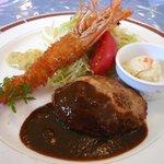 洋食舎けやき - Bランチ1100円 仰向けのエビフライが可愛いです♪